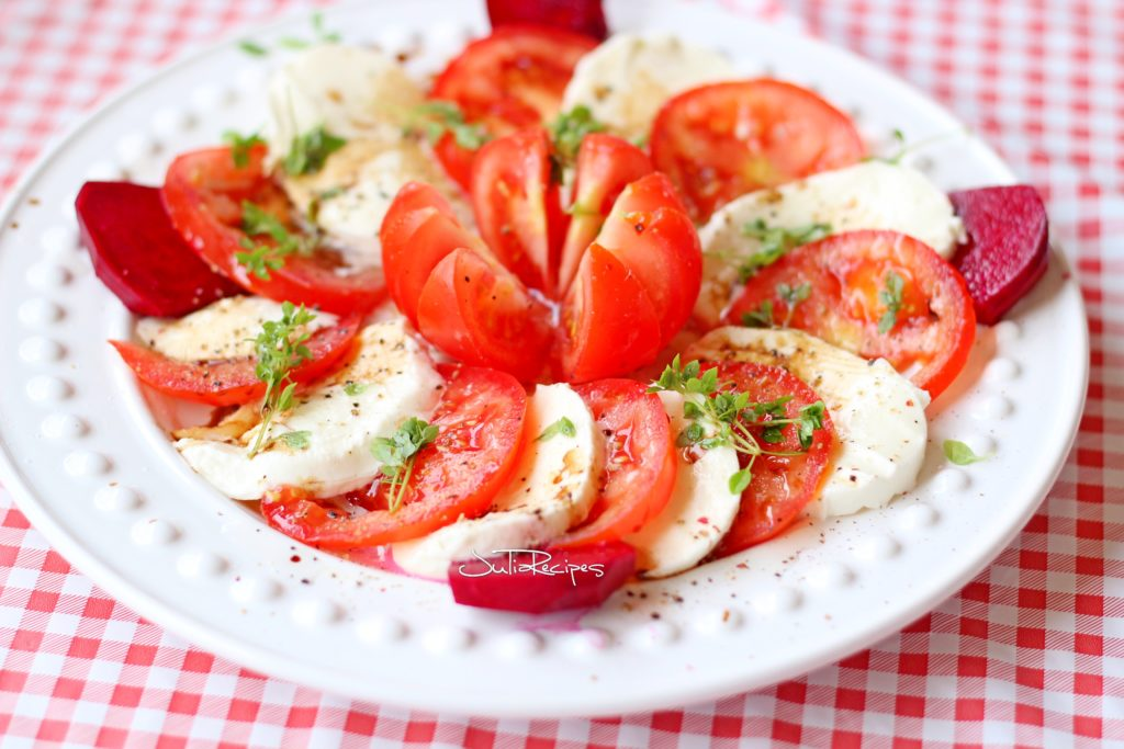 Caprese salad with mozzarela