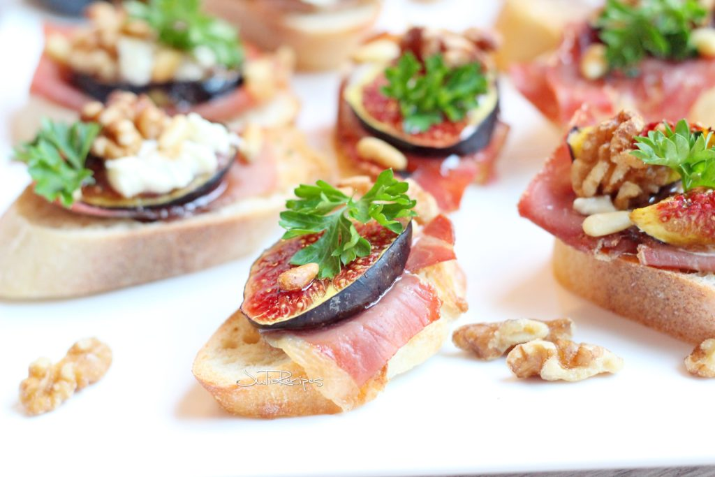 prosciutto crostinis with figs