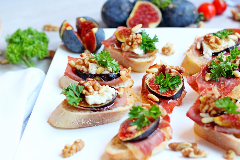 crostini with figs and prosciutto topped with goat cheese